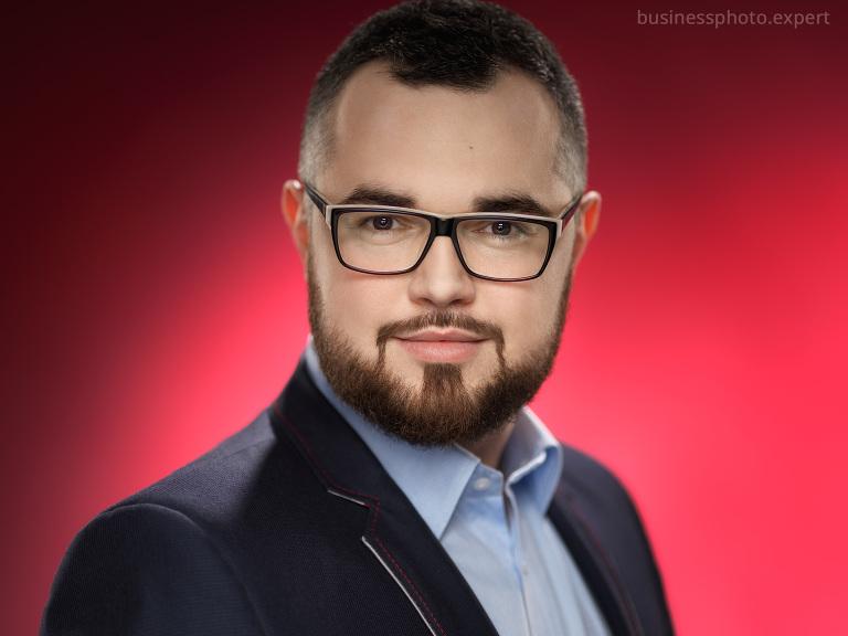 biznesowy portret mężczyzny na czerwonym tle