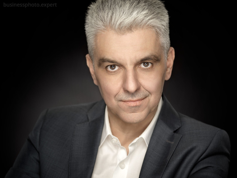 studyjny biznesowy portret mężczyzny